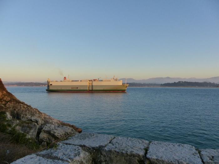 """Legada del mercante """"Frysia"""" al puerto de Santander"""