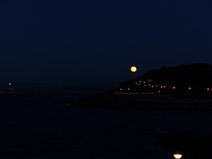 Imágenes de la luna llena saliendo desde detrás del Palacio de la Magdalena en Santander