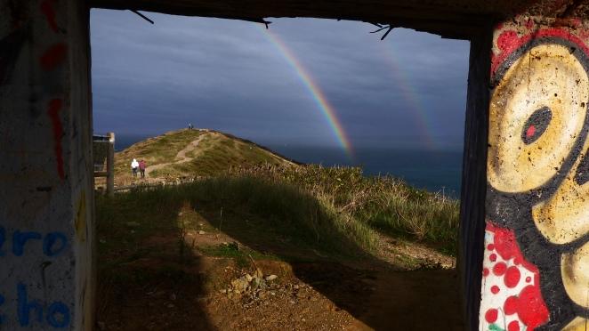 Cae el arco iris sobre un bote